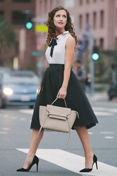 Taking tulle skirts to the next level. Wear it to work! Midi skirt, cute business casual outfit, street style photography – Space 46