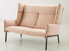 sofá de estofado dobrado e estrutura aparente