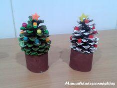 Pinos de navidad para decorar realizados con piñas pintadas, tubo de cartón del baño y decorados con abalorios