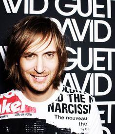 David Guetta además de ser uno de los DJs más reconocidos del mundo, produce música por un tubo. Casi todos sus éxitos son colaboraciones con otros artistas.