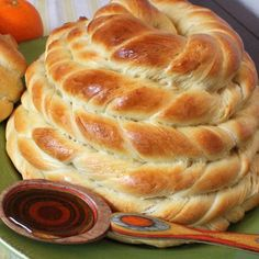 Beehive Bread Flecked with orange zest and shaped like a beehive, this homemade bread is a real crowd-pleaser. Serve with honey and sunshine-y oranges for a memorable springtime meal. Pavlova, Bagels, Croissant Brioche, Ma Baker, Bread Recipes, Cooking Recipes, Def Not, Good Food, Yummy Food