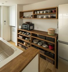 小さく、大きく暮らす家   滋賀で設計士とつくる注文住宅 ルポハウス Apartment Kitchen, Home Decor Kitchen, Kitchen And Bath, Kitchen Interior, New Kitchen, Home Kitchens, Birch Cabinets, Kitchen Cabinets, Pantry Design