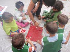 Pintar en grupo pudiendo manchar!! Una manera muy grande de comenzar el contacto con la creatividad