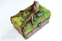 Verlassen nun - Polymer Clay-Schmuck-Box - Moosgrün mit alten Ast und geheimen…