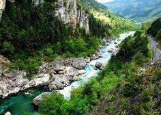 Situé aux alentours du Causse Méjean, en Lozère, les Gorges des Cévennes sont célèbres pour leur paysage calcaire. Elles se composent de vastes zones de karst hérissé, ainsi que de nombreuses grottes, certaines âgées de plus de 200 millions d'années. Les paysages de calcaire sont parmi le…