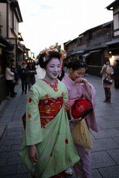 "darariobi: "" Tama Sisters Mamefuji, as a minarai, and Mamekiku, as a shikomi, (both from Tama of Gion Kobu) walking towards an engagement. Both have since had their misedashi and are now maiko! Source (Yahoo Blogs) """