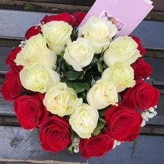Aranjament floral realizat din trandafiri roșii și albi in burete mineral Flowers, Plants, Plant, Royal Icing Flowers, Flower, Florals, Floral, Planets, Blossoms