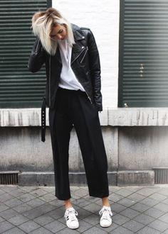 calca pantacourt com jaqueta de couro e tenis