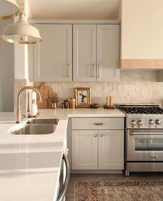 Kitchen Dining, Kitchen Decor, Kitchen Cabinets, Beautiful Kitchens, Cool Kitchens, Classic Kitchen, Kitchen Interior, Decoration, Kitchen Remodel