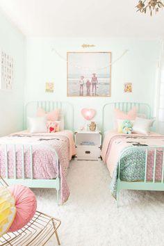 Una habitación infantil con mucho encanto, color verde y rosa. Habitación para dos niñas