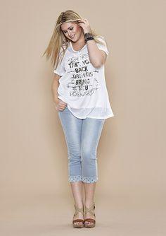 Zomerse jeans van Zhenzi met aan de zoom een omslag met studs. De jeans is super zacht en stretcht goed. Leuk te combineren met het shirt van de foto, artikelnummer 2203804: http://www.bagoes.nl/Shirt-Zhenzi-zilver-tekst-opdruk-p-29465.html. De jeans nu voor €79,95 | Bagoes Fashion | Geen verzendkosten, gratis retour | www.bagoes.nl