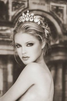 I don't know who she is but she is gorgeous! Love her hair, tiara and makeup! My Big Fat Gypsy Wedding, Foto Face, Invisible Crown, Braut Make-up, Tiaras And Crowns, Belle Photo, Kate Middleton, Wedding Hairstyles, Beautiful People
