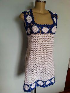 Nas cores que aprecio, branco e azul, um lindo vestido modelo trapézio para ser usado no verão em momentos especiais com combinação por bai... Crotchet Dress, Crochet Dress Girl, Crochet Shorts, Baby Girl Crochet, Crochet Blouse, Love Crochet, Crochet Clothes, Knit Crochet, Clothing Patterns