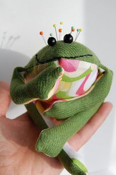 This would be cute to make for my mother n law. Frog pincushion