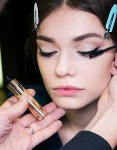 Si la mode est au regard intense, on n'a pas toutes la chance d'être dotées de sourcils épais et d'une frange de cils infinie. http://www.elle.fr/Beaute/Soins/Astuces/Comment-faire-pousser-les-cils-et-les-sourcils-2856998