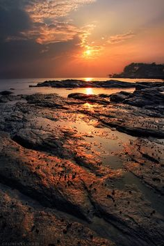 when the sun is setting in the sky it its like nature is singing a lullaby when the ocean is spraying its salty mist its like a mothers loving kiss All Nature, Amazing Nature, Beyond The Horizon, Sunset Lover, Nature Pictures, Mother Nature, Nature Photography, Amazing Photography, Cool Photos