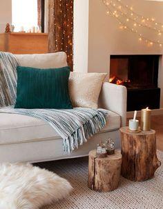 Un plaid et quelques coussins sur le canapé suffisent à donner un air cocooning au salon pour Noël