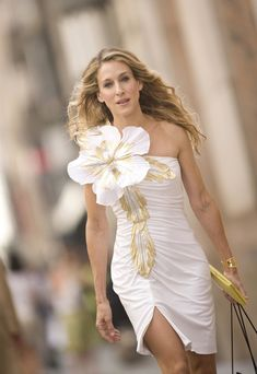 Sarah Jessica Parker and Patricia Field's style vision for Carrie Bradshaw in Sex and the City (think: corsages and tutu skirts) is v couture. Click below. Sarah Jessica Parker, Looks Chic, Looks Style, Trend Fashion, Fashion Week, City Fashion, Fashion 2018, Fashion Art, Luxury Fashion