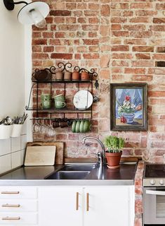 How to decorate the kitchen wall? One of the beneficial we can do is applying kitchen wallpaper. With this article will give some kitchen wallpaper ideas. Swedish Kitchen, Farmhouse Kitchen Decor, Country Kitchen, Kitchen Dining, Modern Farmhouse, Brick Wall Kitchen, Kitchen Backsplash, Backsplash Ideas, Kitchen Wallpaper Design