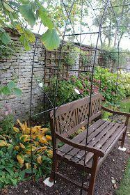 Avec du fer à béton, on peut en faire des choses et Olivier a réalisé jusqu'à maintenant pour le jardin plein de tuteurs. Cette fois ci, ...