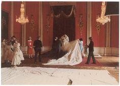 Princesa Diana preparado por sus retratos de boda en el Salón del Trono.  Diseñadores del vestido de Elisabeth y David Emanuel ayudó a organizar el tren mientras fotógrafo Patrick Lichfield celebró su cámara.