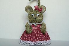 Myš domácí Myška ze sena v domácí zástěrce.Veliká je cca 25 cm a je oblečena v… Rattan, Wicker, Christmas Ornaments, Holiday Decor, Home Decor, Hay, Bamboo, Figurine, Decoration Home
