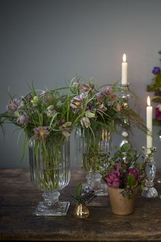 Seasonal spring table centrepieces of snake's head fritillary from www.jayarcherfloraldesign.com