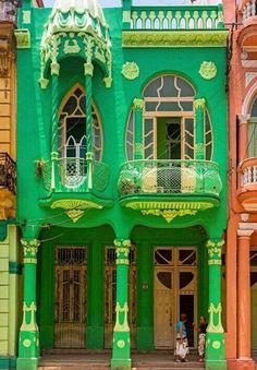 Colorful architecture in Havana Cuban Architecture, Beautiful Architecture, Beautiful Buildings, Havana Vieja, Havana Cuba, Trinidad, Old American Cars, Cuban Culture, Cuban Art