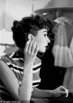 film ** vintage audrey hepburn portrait old hollywood Bob Willoughby classic actress 1953 Audrey Hepburn Mode, Audrey Hepburn Photos, Divas, Brigitte Bardot, Greta, Marlene Dietrich, Fair Lady, Look Chic, Classic Beauty