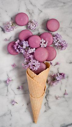 Macarons, Macaron Cookies, Macaron Wallpaper, Food Wallpaper, Logo Patisserie, Cute Food, Yummy Food, Waffle Cones, Cute Desserts