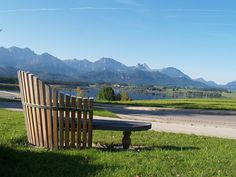 Das Panorama der Allgäuer Bergwelt bildet die Kulisse des Bio-Hotels Eggenberger. Bei einer kleinen Rast kann man sich mit einem Blick über den Hopfensee in die Märchenschlösser König Ludwigs II. bei Füssen träumen.