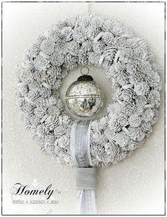 Homely Tw, weißer Kranz (Diy Wreath) - Another! Pine Cone Art, Pine Cone Crafts, Pine Cones, Bauble Wreath, Diy Wreath, Door Wreaths, Christmas Makes, Winter Christmas, Christmas Crafts