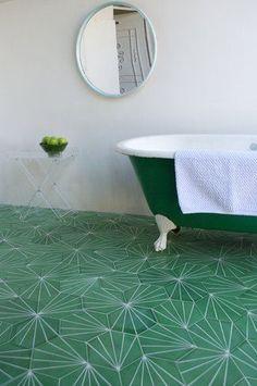 Łazienka w biało-zielonej aranżacji, biało-zielone płytki cementowe i zielono biała wanna