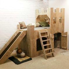 Ben je op zoek naar een origineel steigerhouten bedhuisje? Bekijk dan eens dit Steigerhouten trapgevel pakhuis bed van Van Londen Steigerhout.