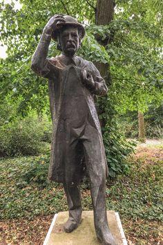 Die Statue von Theodor Fontane im Schlosspark Plaue
