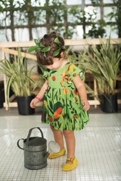 gorgeous green, love the print and length (and leaves in her hair!) #estella #kids #fashion verano 2015 | A Fábula