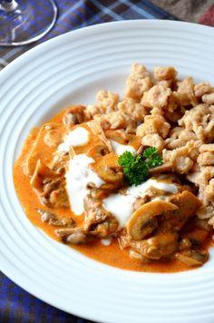 Gombapaprikás teljes kiőrlésű tönkölynokedlivel Vegan Vegetarian, Vegetarian Recipes, Paleo, Hungarian Cuisine, Clean Eating Recipes, Thai Red Curry, Risotto, Main Dishes, Food And Drink