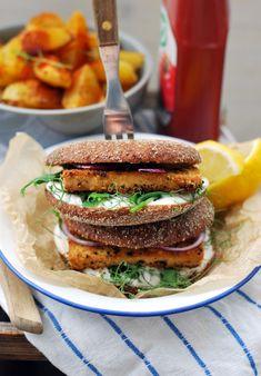 Raikkaat tofuburgerit rapeilla tofufileillä Korn, Salmon Burgers, Pizza, Vegetarian, Ethnic Recipes, Image, Bulgur, Lasagna