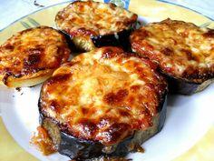 Μελιτζάνες και πατάτες ψημένες στο φούρνο σε λαδόκολλα σαν πιτσάκια