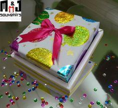 Caja para dulces Materiales : Cartulina , cinta , papel de regalo Aplique : lazo