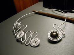 """Bijoux en fil d'aluminium, bagues, boucles d'oreilles, colliers, bracelets fait main: Collier aluminium blanc """"Pôle Nord"""""""