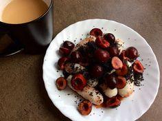 Rýžové šišky s máslem, datlovým sirupem, mletým mákem a třešněmi French Toast, Pudding, Fruit, Breakfast, Desserts, Food, Morning Coffee, Tailgate Desserts, Puddings
