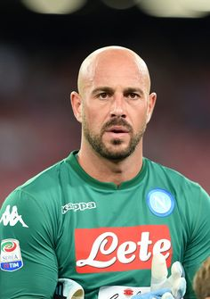 Pepe Reina Photos - Pepe Reina of SSC Napoli in action during the Serie A match between SSC Napoli and Atalanta BC at Stadio San Paolo on August 2017 in Naples, Italy. - SSC Napoli v Atalanta BC - Serie A Bald Head With Beard, Bald Men With Beards, Hairy Men, Rugby Muscle, Muscle Men, Atalanta Bc, Sports Mix, Shave My Head, Country Men