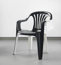 Artista dá vida a uma cadeira de plástico