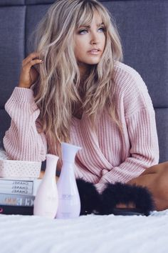 Pony hairstyles for every face shape Lange blonde Haare mit Pony, rosafarbener Pullover, matte Lippen, schwarze Mascara, blaue Augen - Unique Long Hairstyles Ideas Full Fringe Hairstyles, Pony Hairstyles, Hairstyles With Bangs, Hairstyle Ideas, Spring Hairstyles, Hair Ideas, Trendy Hairstyles, Long Blonde Hairstyles, Layered Hairstyles