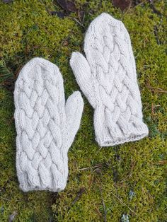 These cabled mittens are super warm, thanks to Novita Alpaca Wool yarn. Knitted Mittens Pattern, Knit Mittens, Knitting Patterns, Alpaca Wool, Wool Yarn, Alpacas, Villa, How To Make, Knits