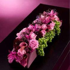 "Benodigdematerialen:  Oasis Raquette of dubbelblok met frame  6 Vitis venifera, 15 Rosa ""Aqua"", 5 Curcuma, 10 Calla, 10 Dahlia, 5 Hydrangea..."