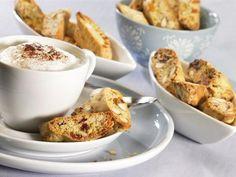 Knuspriges Mandelgebäck mit Aprikosen zu Kaffee und Tee