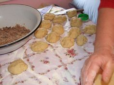 Cornulete cu nuca - Taiem aluatul bucati Pancakes, Breakfast, Food, Morning Coffee, Essen, Pancake, Meals, Yemek, Eten