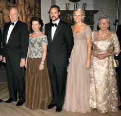 Fra venstre kong Harald, dronning Sonja, kronprins Haakon, kronprinsesse Mette-Marit  og prinsesse Astrid før regjeringens middag for kong Harald på Akershus 21.2.2007.